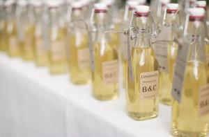лимончелло в маленьких забавных бутылках, домашний алкоголь, лимончелло